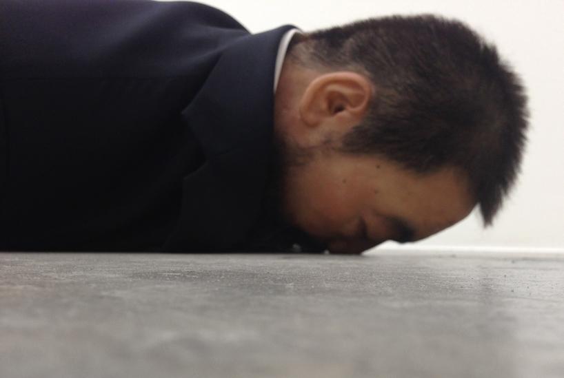 he-xiangyu-sculpts-ai-weiwei-face-down-on-the-floor-designboom-02