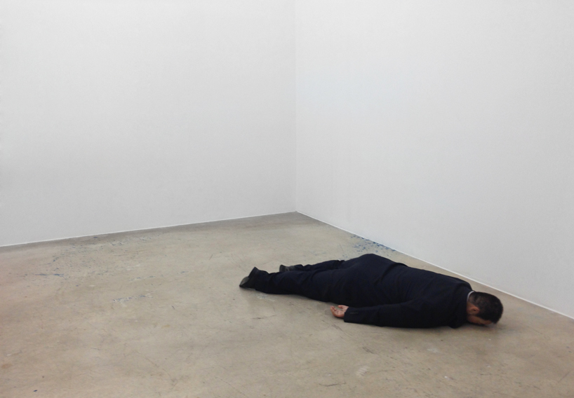 he-xiangyu-sculpts-ai-weiwei-face-down-on-the-floor-designboom-03