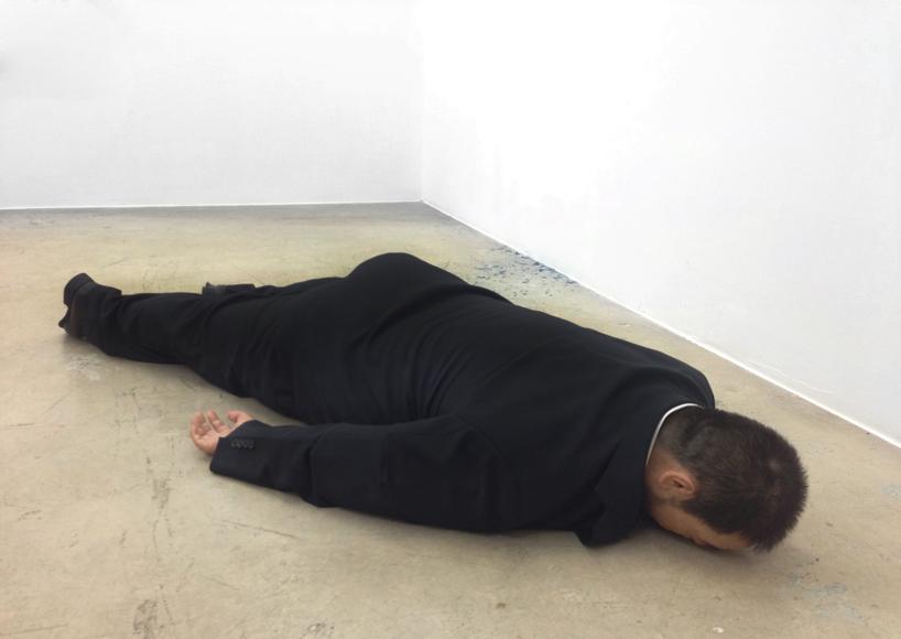 he-xiangyu-sculpts-ai-weiwei-face-down-on-the-floor-designboom-04