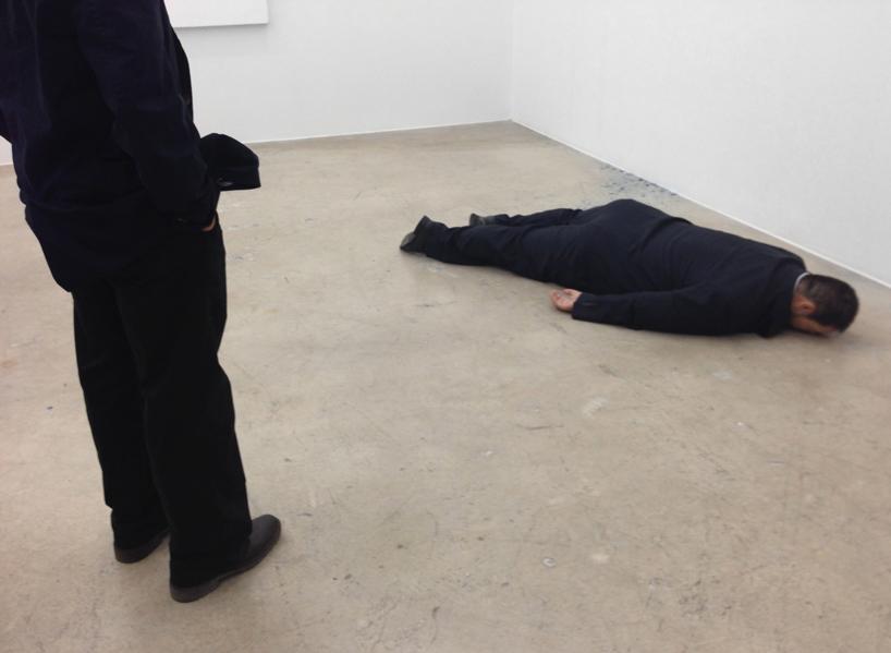 he-xiangyu-sculpts-ai-weiwei-face-down-on-the-floor-designboom-06