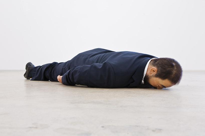 he-xiangyu-sculpts-ai-weiwei-face-down-on-the-floor-designboom-09