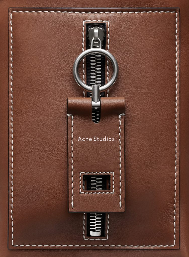 acne-studios-buckle-jeans-bag-cognac-004