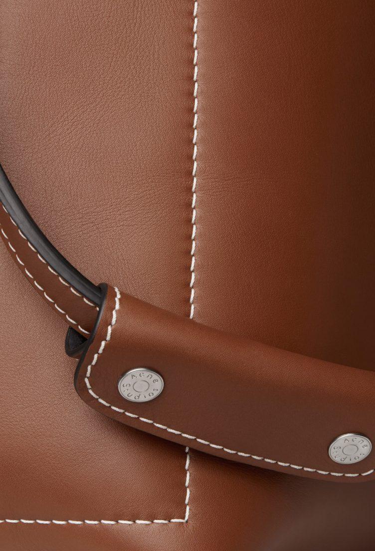 acne-studios-buckle-jeans-bag-cognac-005