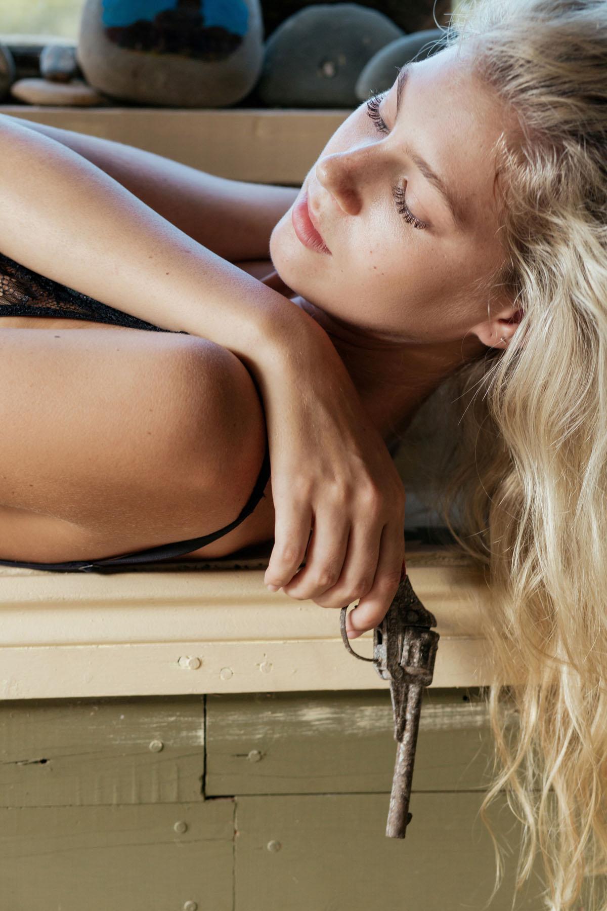 Sarah Shaw  nackt